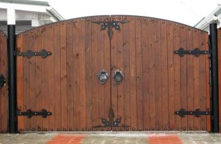 Деревянные распашные ворота в Нижнем Новгороде